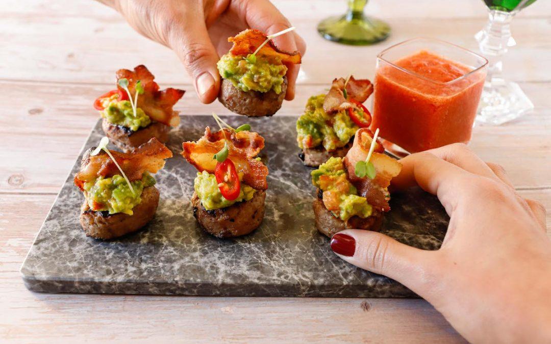 Mini hamburger con guacamole e gazpacho